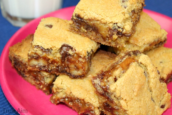 twix stuffed chocolate chip cookie bars