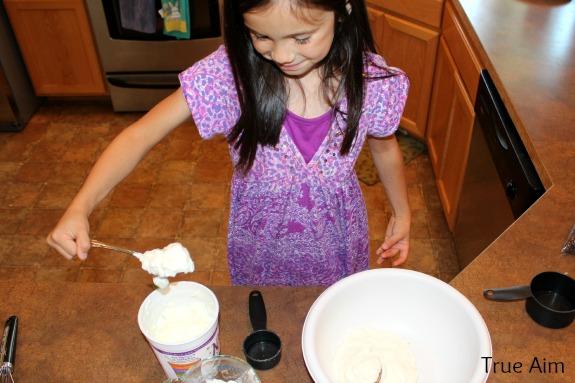 making homemade frozen yogurt