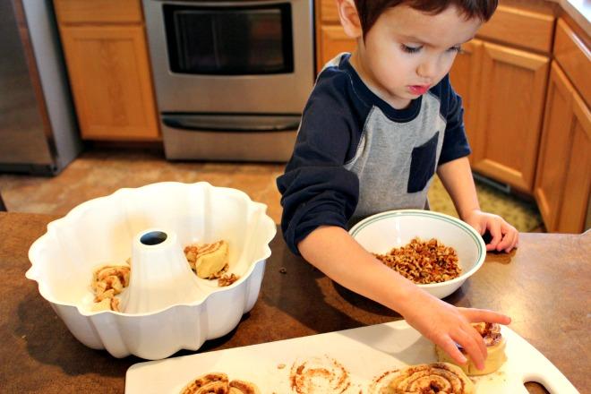 make easy cinnamon roll monkey bread