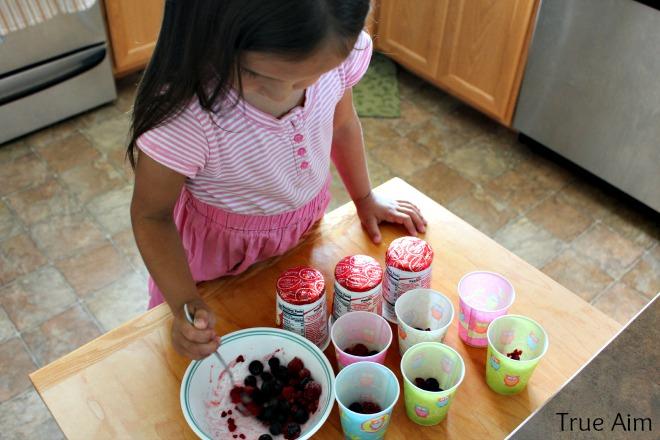Making frozen yogurt popsicles
